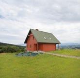 Hölzernes Haus in den Bergen Lizenzfreies Stockfoto
