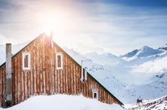Hölzernes Haus in den Bergen Stockbild