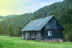 Hölzernes Haus in den Bergen Lizenzfreie Stockfotos