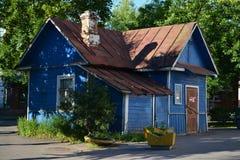 Hölzernes Haus des alten kleinen Landes Lizenzfreie Stockfotografie