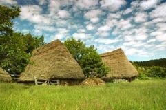 Hölzernes Haus des alten Landwirts in Transylvanien Stockfotos