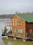 Hölzernes Haus des Flusses Lizenzfreie Stockbilder