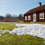 Hölzernes Haus am Frühling Lizenzfreie Stockbilder
