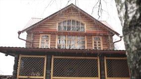 Hölzernes Haus im Holz antikes hölzernes Dorf im Herzen von Europa Architektur von einem hölzernen Blockhaus Stockfotografie