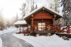 Hölzernes Haus im Winterwald Stockfotografie