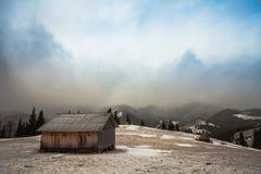 Hölzernes Haus im Winterwald Stockfotos
