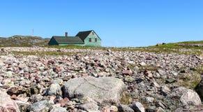 Hölzernes Haus und Steine Stockbild