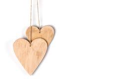 Hölzernes Herz auf dem Seil lokalisiert stockfotografie