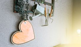 Hölzernes Herz auf einem Hintergrund der alten Wand stockbild