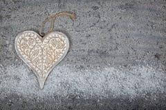 Hölzernes Herz auf Steinhintergrund Stockbild