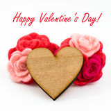 Hölzernes Herz mit rosa und roter Wolle blüht an Lizenzfreie Stockfotografie