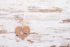 Hölzernes Herz mit Vogel auf hölzernem Hintergrund der Weinlese Stockfotos