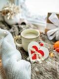 Hölzernes Herz und Tasse Kaffee auf hygge Hintergrund lizenzfreie stockfotografie