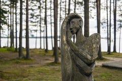 Hölzernes Idol der Frau im Wald Lizenzfreies Stockfoto