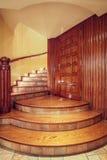 Hölzernes im altem Stil Treppenhaus Stockfotografie