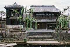 Hölzernes japanisches Haus der alten Weinlese entlang kleiner Straße durch Tonegawa-Fluss in Sawara-Dorf, berühmte kleine alte St stockfoto