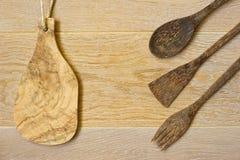 Hölzernes Küchengeschirr auf hölzernem Hintergrund Stockfoto