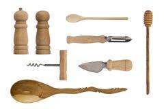 Hölzernes Küchengeschirr lokalisiert auf weißem Hintergrund Löffel, Korkenzieher, Messer, Salzschüttel-apparat und Pfeffer stockbilder