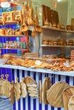 Hölzernes Küchenzubehör im Verkauf am Riga-Weihnachtsmarkt Stockfotos