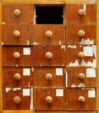 Hölzernes Kabinett mit Fächern Stockfotografie