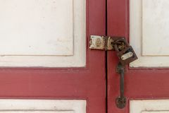 Hölzernes Kabinett mit Sicherheit der alte Schlüsselverschluß Stockbild