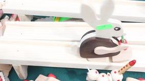 Hölzernes Kaninchen hinunter die Bahn Stockfotos