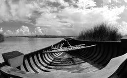 Hölzernes Kanu im Wasser Stockfoto