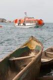Hölzernes Kanu und Rettungsboot Stockbilder
