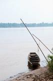 Hölzernes kleines Boot im Fluss bei Thailand Lizenzfreie Stockbilder