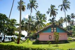 Hölzernes kleines Haus in einer natürlichen Einstellung Stockfoto