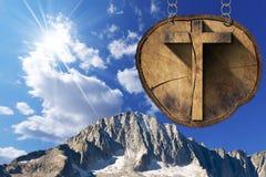 Hölzernes Kreuz auf Baum-Stamm - italienische Alpen Stockbilder
