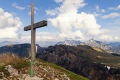 Hölzernes Kreuz auf dem Berg in den österreichischen Alpen Lizenzfreie Stockfotografie