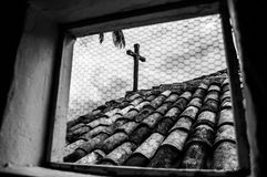 Hölzernes Kreuz auf eine alte Kirche stockfoto