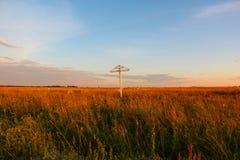 Hölzernes Kreuz auf einem Feld Lizenzfreies Stockbild