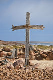Hölzernes Kreuz auf Küste lizenzfreie stockfotografie