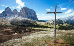 Hölzernes Kreuz auf Sella-Durchlauf, italienische Dolomit stockfotos