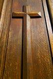 Hölzernes Kreuz auf Tür Lizenzfreies Stockfoto