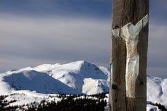 Hölzernes Kreuz in den Bergen Stockbild