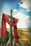 Hölzernes Kreuz mit rotem Tuch stockbilder
