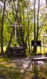 Hölzernes Kreuz und Ikonen des Gedächtnisses von Grigory Rasputin und von unfertigem Tempel in Alexander Park Lizenzfreie Stockfotos