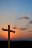 Hölzernes Kreuz und Sonnenuntergang Stockbild