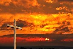 Hölzernes Kreuz und Sonnenuntergang lizenzfreies stockfoto