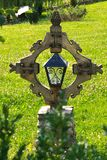 Hölzernes Kreuz und Spatz Lizenzfreies Stockbild