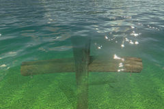 Hölzernes Kreuz unter Wasser Stockbilder