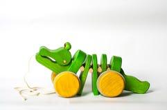 Hölzernes Krokodil-Spielzeug Stockfotos