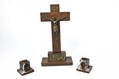 Hölzernes Kruzifix und Kerze-Halterungen Stockbilder