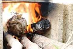 Hölzernes Lagerfeuer im Freien, das hell am Wald mit Funken, gelbes Feuer im Freien im Wald für die Zubereitung des kochenden Leb Stockbild