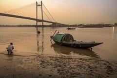 Hölzernes Landboot bei Princep Ghat auf Fluss Hooghly an der Dämmerung Stockfotos