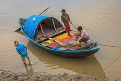 Hölzernes Landboot fest im Schlamm bei Ebbe auf dem Ganges nahe Outram-ghat, Kolkata Lizenzfreie Stockfotografie