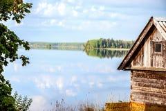 Hölzernes Landhaus auf Seeufer Stockbilder